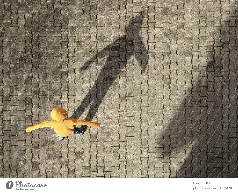 Kapuze vs. Big Nose Mensch Jugendliche blau Hand grau Traurigkeit Beine Linie orange Deutschland Arme warten Beton maskulin Finger stehen