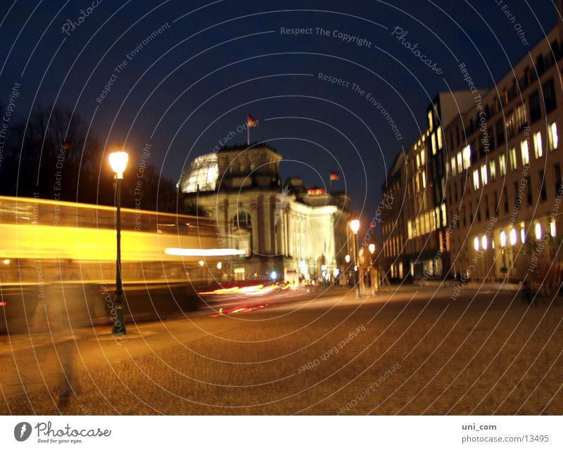 Berlin@night Verkehr Laterne Licht Geschwindigkeit Nacht Architektur Deutscher Bundestag Straße Bus Bewegung Leute move