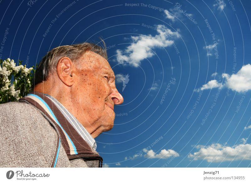 Opa hält Ausschau. Mann Senior Großvater Zukunft Hoffnung Aussicht skeptisch Zufriedenheit Ruhestand Himmel Blick Männlicher Senior lachen Glück gutmütig