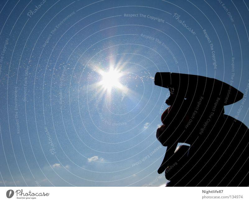 Feuerlöscher Hand Wasser Himmel Sonne blau Sommer Wolken Wärme Beleuchtung Brand nass Wassertropfen Physik Brandschutz heiß spritzen
