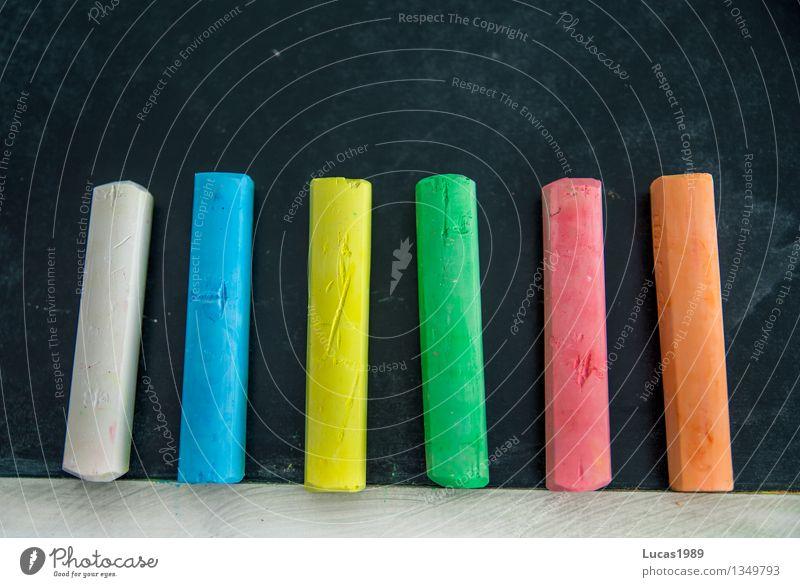 Erster Schultag Kindererziehung Bildung Erwachsenenbildung Schule lernen Klassenraum Tafel Schulkind Schüler Lehrer Studium Student Kreide Farbstoff mehrfarbig