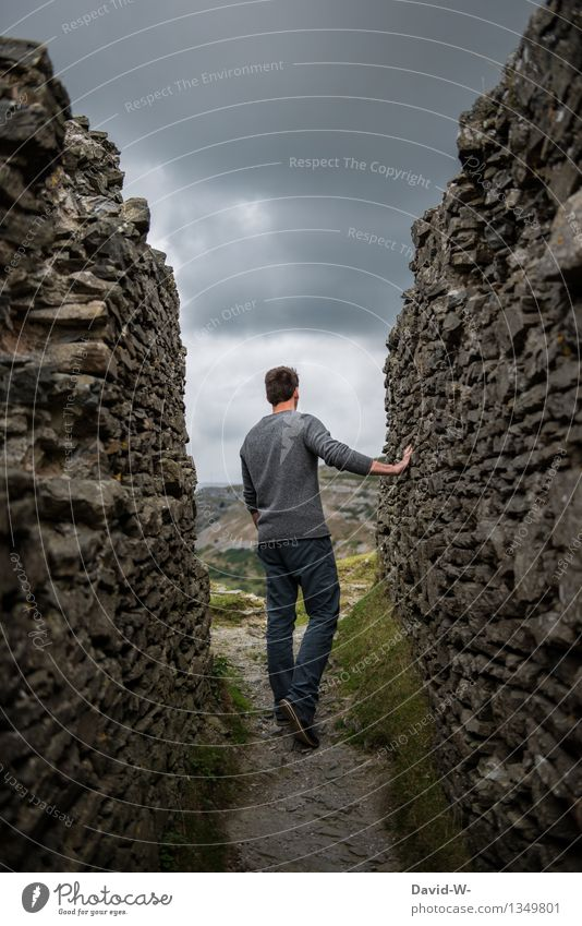 vorausschauend Mensch Jugendliche Mann Junger Mann dunkel Erwachsene Leben Herbst Wege & Pfade Mauer grau Felsen maskulin Angst beobachten bedrohlich