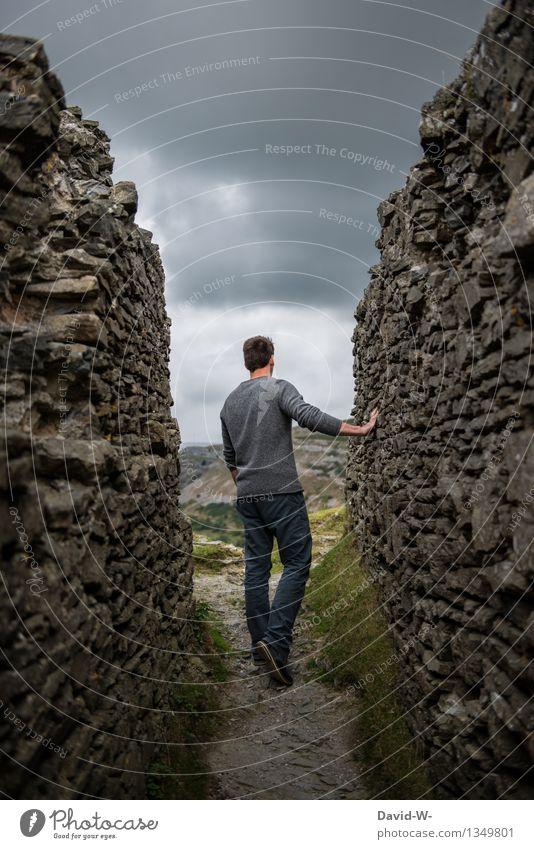 vorausschauend Mensch maskulin Junger Mann Jugendliche Erwachsene Leben 1 Herbst Unwetter Gewitter Felsen beobachten bedrohlich dunkel Neugier grau Tapferkeit