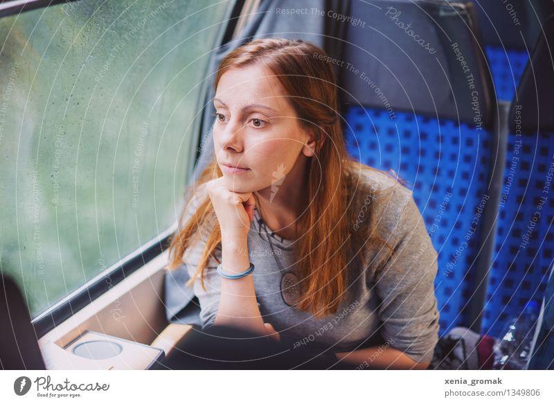 im Zug Mensch Ferien & Urlaub & Reisen Jugendliche blau Junge Frau ruhig Ferne Winter Leben Herbst Freiheit Regen träumen Freizeit & Hobby Tourismus warten