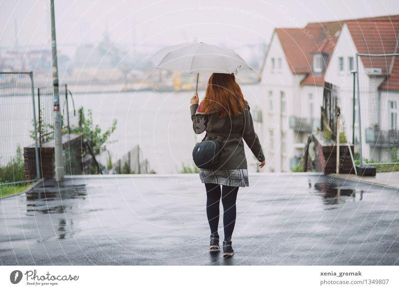 Herbst Ferien & Urlaub & Reisen Jugendliche Junge Frau ruhig Ferne kalt Leben Gesundheit Spielen grau Freiheit Lifestyle Regen Zufriedenheit Freizeit & Hobby