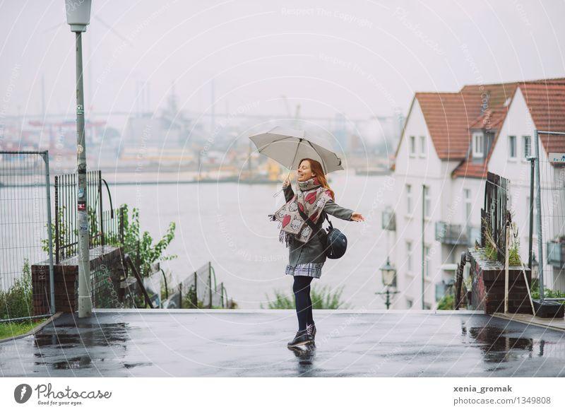 Regen Lifestyle Leben Wohlgefühl Freizeit & Hobby Spielen Tourismus Ausflug Abenteuer Freiheit Städtereise Junge Frau Jugendliche 1 Mensch Himmel Horizont