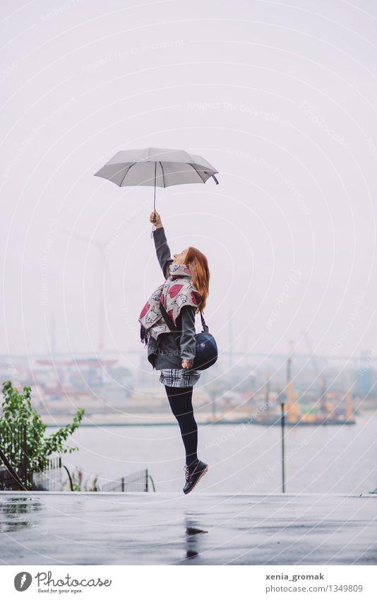Frau mit Regenschirm springt hoch Lifestyle Leben Wohlgefühl Zufriedenheit Freizeit & Hobby Spielen Ferien & Urlaub & Reisen Ausflug Abenteuer Freiheit