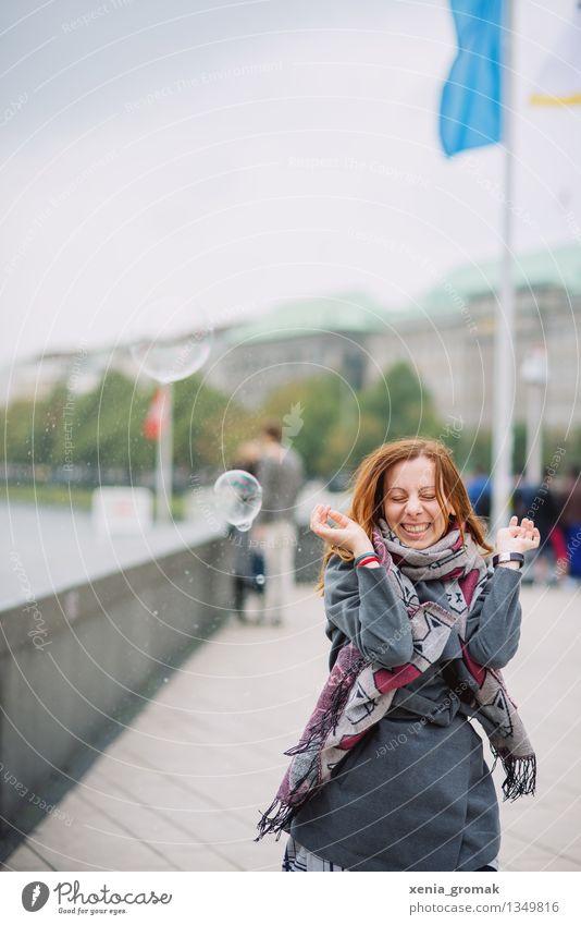 wenn die Seifenblase platzt.. Ferien & Urlaub & Reisen Jugendliche Junge Frau Freude Ferne Leben Gesundheit Spielen lachen Glück grau Feste & Feiern Freiheit