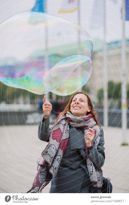 eine große Seifenblase Jugendliche Stadt Junge Frau Freude Ferne Leben Herbst Spielen Glück Freiheit Lifestyle träumen Freizeit & Hobby Tourismus elegant