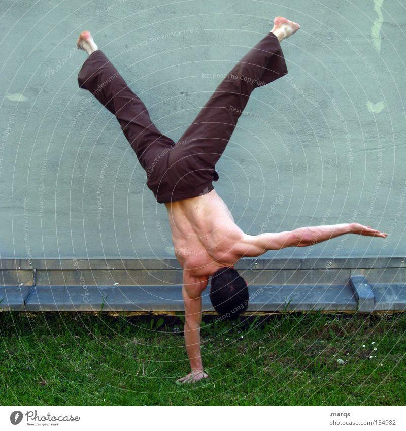 Balance Mann Kerl Handstand Konzentration Zufriedenheit stehen Akrobatik Turnen Turner Capoeira Sport Muskulatur Körperhaltung Angeben Mensch Typ boy guy Haut