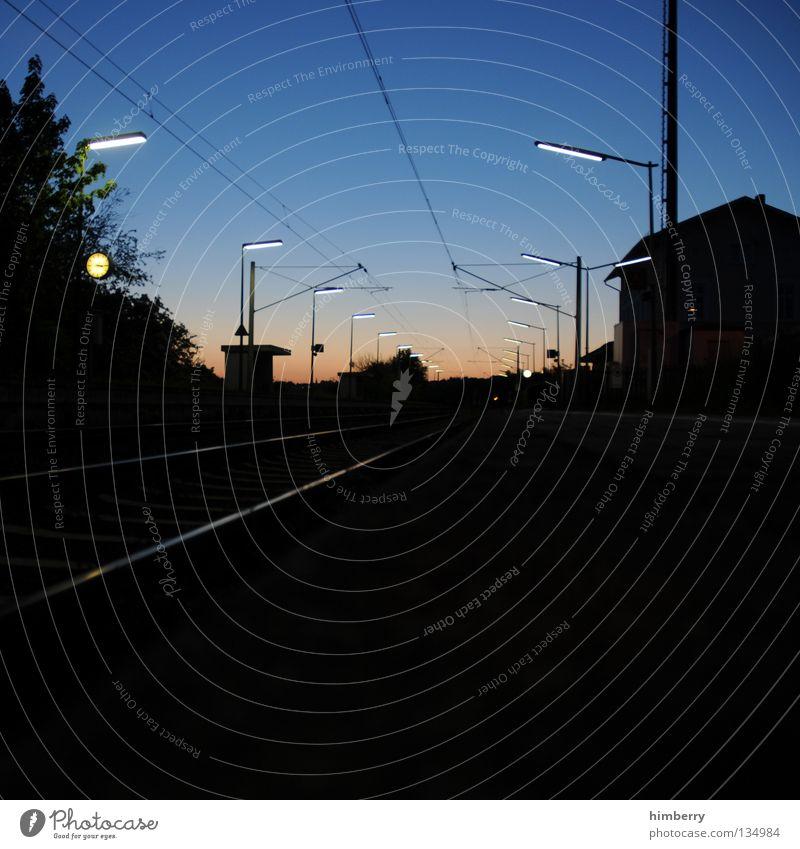 sit'n'wait Eisenbahn Einsamkeit ruhig Dämmerung Sonnenuntergang Lampe Gleise Ankunft Verkehrsmittel S-Bahn Express Personenzug Station Uhr Verspätung Panik