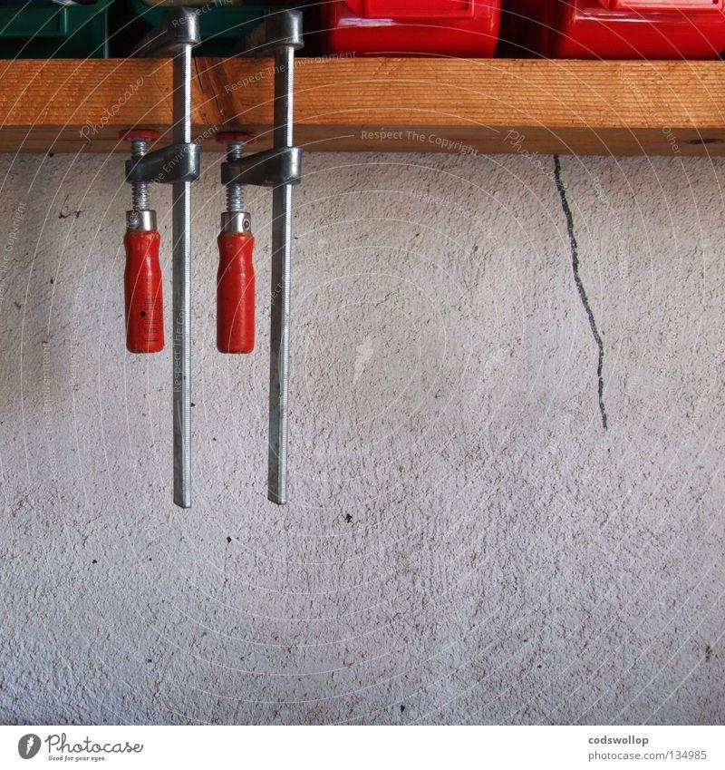 l'atelier de daniel rot Wand Arbeit & Erwerbstätigkeit 2 paarweise festhalten Zusammenhalt Holzbrett Handwerk Riss Werkstatt Werkzeug gleich Atelier Zwilling Halterung
