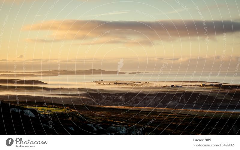 Fischerdorf im Nebel Umwelt Natur Landschaft Himmel Sonnenaufgang Sonnenuntergang Klima Schönes Wetter Wiese Hügel Felsen Küste Bucht Meer Insel Dorf Kleinstadt
