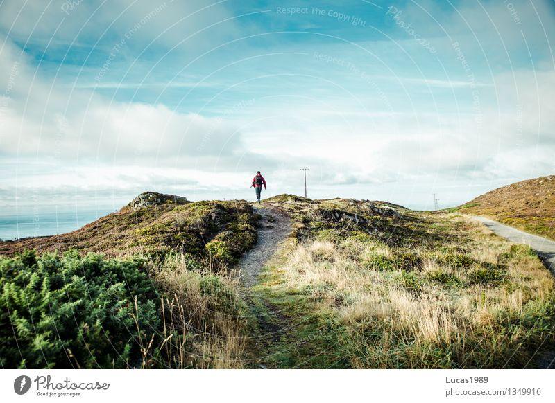 Wanderer Mensch Himmel Natur Jugendliche Mann Pflanze Sonne Meer Junger Mann Landschaft Wolken Ferne Erwachsene Berge u. Gebirge Umwelt Wiese