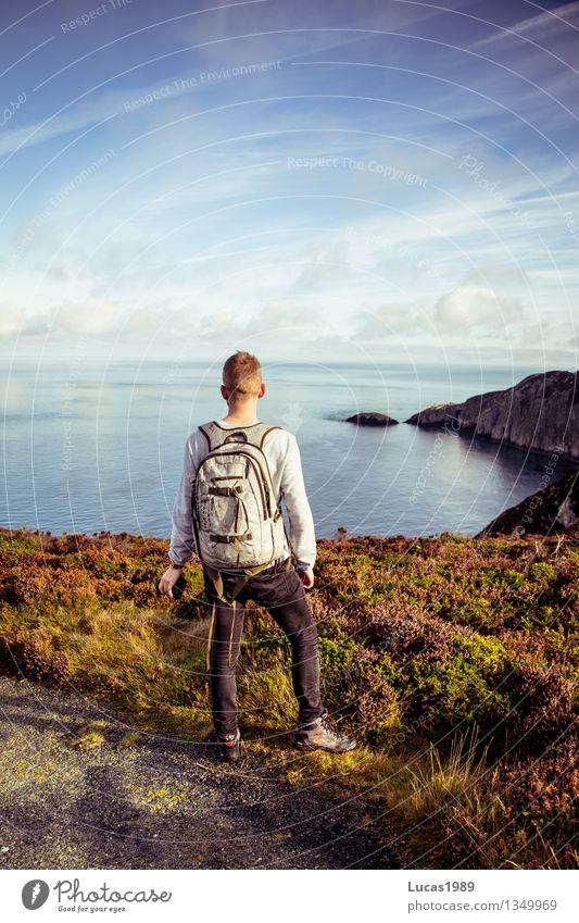Wanderer Mensch Natur Ferien & Urlaub & Reisen Jugendliche Mann Wasser Meer Junger Mann Landschaft Ferne Strand Erwachsene Freiheit Felsen maskulin wild