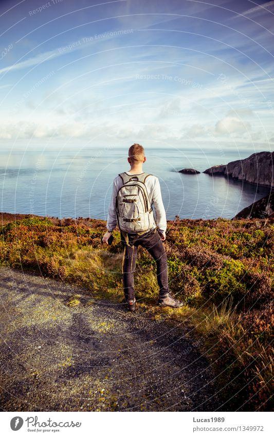 Abenteuer Mensch Natur Ferien & Urlaub & Reisen Jugendliche Mann Sommer Meer Junger Mann Landschaft Ferne 18-30 Jahre Erwachsene Umwelt Wiese Küste Glück