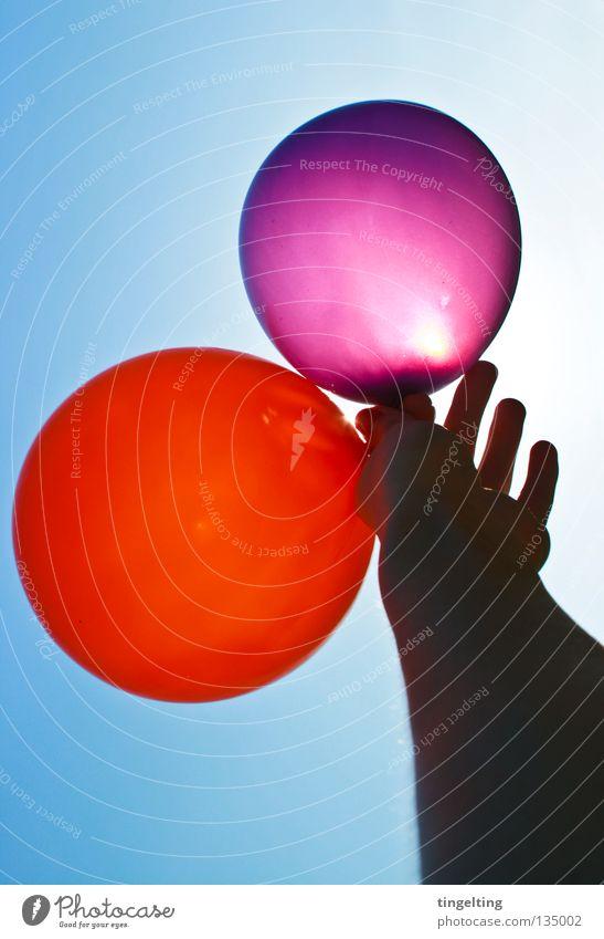 hoch hinaus II Hand Unterarm Gelenk violett rot rund 2 3 himmelblau Sommer Freude Arme Himmel Schönes Wetter Sonne Luftballon
