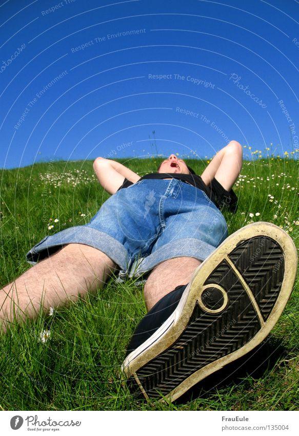abratzen Sonnenstrahlen genießen Wiese grün Blume Gänseblümchen Löwenzahn Hügel Sommer Jahreszeiten Erholung Himmel Stimmung Schuhe gähnen Gelenk schlafen Mann