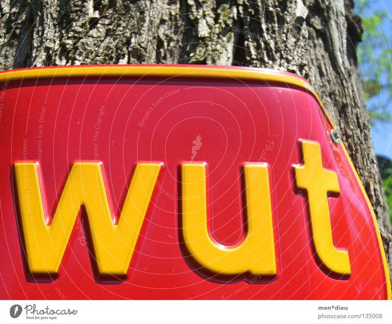 grrrrr grün rot gelb Gefühle Holz Metall Schilder & Markierungen Schriftzeichen gefährlich Hinweisschild kaputt Buchstaben Baumstamm Wut Gewalt Konflikt & Streit