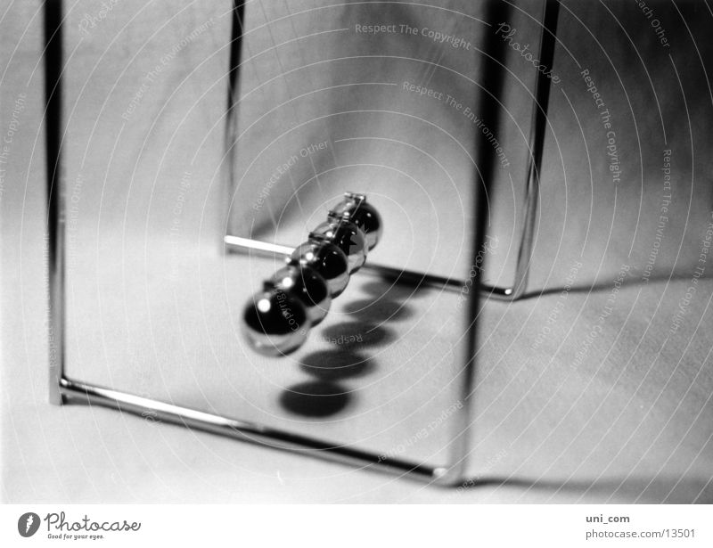 Schlagabtausch Murmel Physik Spielzeug Kugel Pendel Flügel Nähgarn Schatten Schwarzweißfoto
