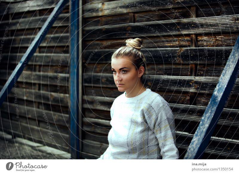 ausgegrenzt Mensch Frau Jugendliche blau Junge Frau weiß Einsamkeit 18-30 Jahre Gesicht Erwachsene Leben Traurigkeit feminin Haare & Frisuren Mode braun