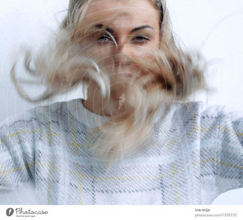 bewegt Mensch feminin Junge Frau Jugendliche Erwachsene Leben 1 18-30 Jahre 30-45 Jahre Haare & Frisuren blond langhaarig Locken Bewegung authentisch
