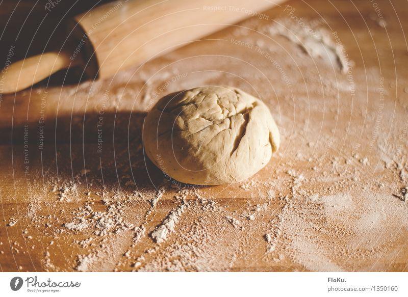 Rohfassung gelb Holz Lebensmittel Arbeit & Erwerbstätigkeit frisch Kochen & Garen & Backen weich Küche lecker Beruf Holzbrett Brot Backwaren Abendessen Teigwaren Mittagessen