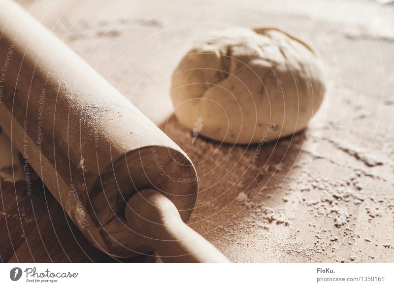 beim Pizzabäcker Lebensmittel Teigwaren Backwaren Brötchen Ernährung Arbeit & Erwerbstätigkeit Beruf Bäcker Küche Bäckerei frisch gelb Mehl Nudelholz