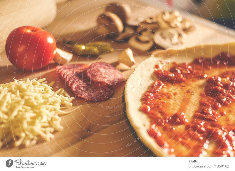 Pizza in Einzelteilen gelb Holz Lebensmittel frisch Ernährung Küche Gemüse lecker Holzbrett Backwaren Abendessen Tomate Teigwaren Mittagessen Käse Wurstwaren