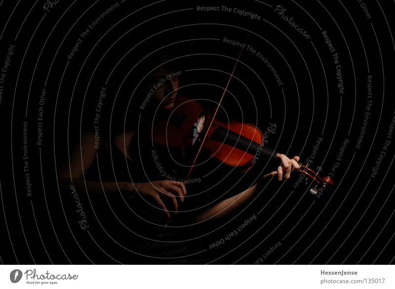 Hand 30 Hoffnung Geige Orchester Finger Saite schwarz dunkel Gefühle Spielen Konzentration Kunst Kultur schön Viloline Musik Leidenschaft Arme fangen