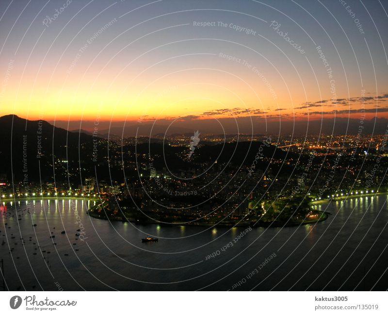 Rio Wasser Meer Küste Reisefotografie Hafen Skyline Abenddämmerung Südamerika Rio de Janeiro Hafenstadt Farbverlauf Brasilien Städtereise Stimmungsbild Stadtlicht Zuckerhut (Felsen)