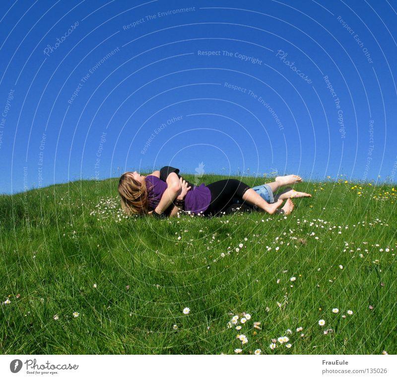 Bitte keine Disteln Sonnenstrahlen genießen Wiese grün Blume Gänseblümchen Löwenzahn Hügel Sommer Jahreszeiten violett Kleid Top Himmel Stimmung Erholung