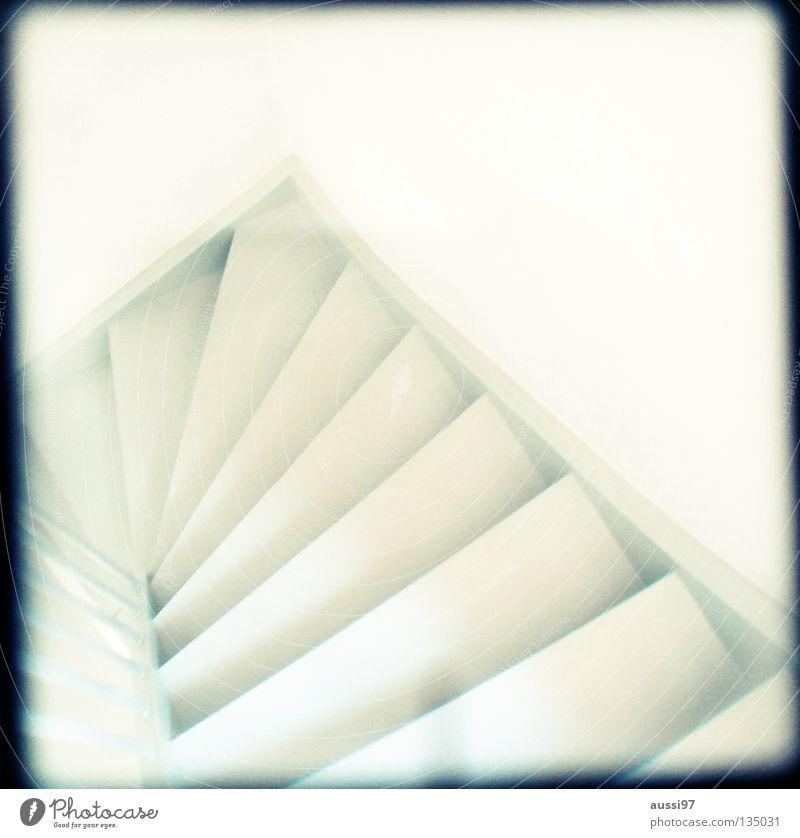 Ich nahm den Elevator. Haus gehen Treppe Häusliches Leben Konzentration unten analog aufwärts Treppengeländer Flur abwärts Raster Sucher schemenhaft Brennpunkt Lichtschacht
