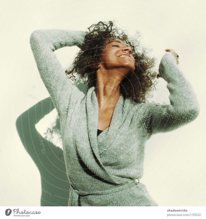 Motion Fröhlichkeit Frau grau Wand stechen Mensch Tanzen Bewegung Freude Gesichtsausdruck Kopf Haare & Frisuren Schatten
