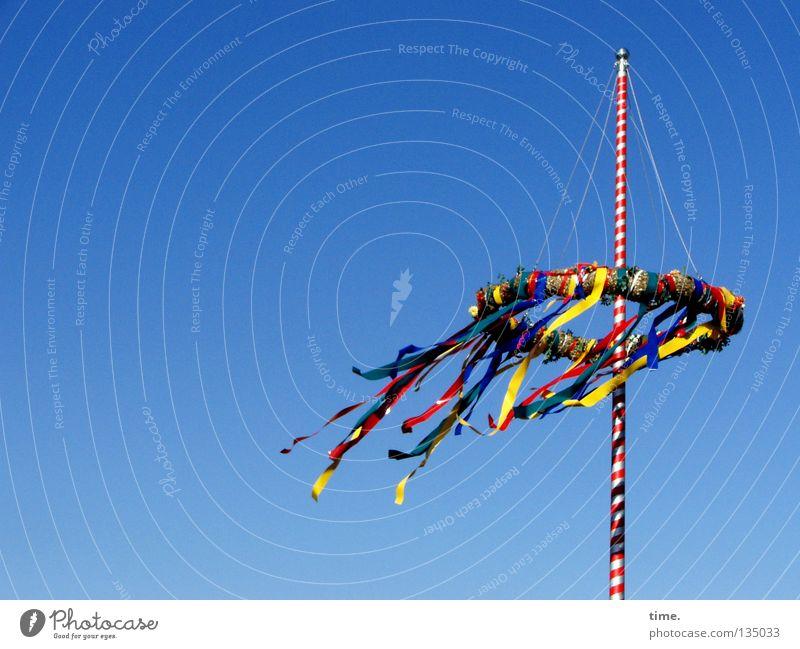 Flatterbäumchen (Version Halbmast) Himmel blau grün Baum rot Freude oben Bewegung Frühling Holz Kunst Feste & Feiern offen Schilder & Markierungen hoch frei