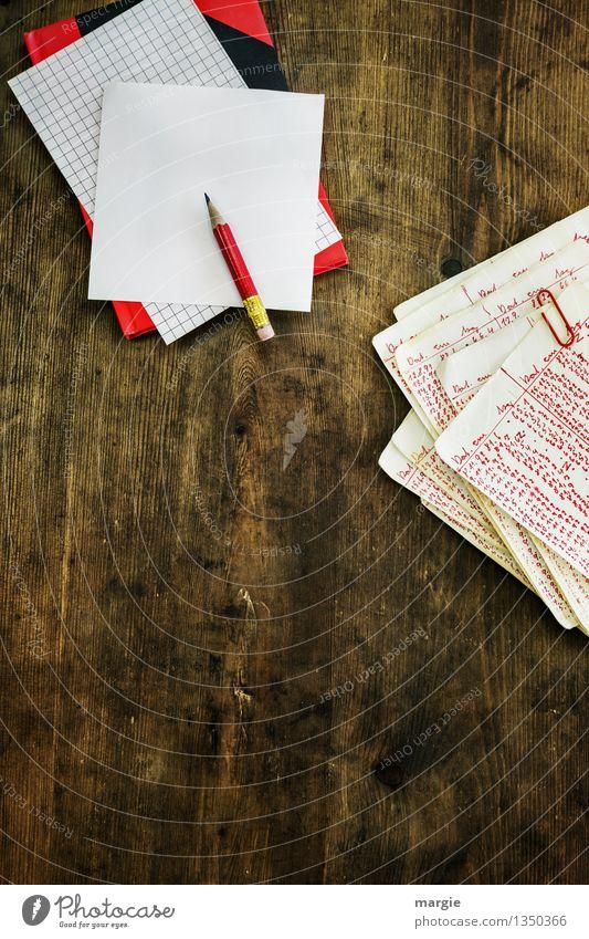 Rote Zahlen mit Heft und Rotstift Studium lernen Büroarbeit schreiben rechnen Mathematik Schreibtisch Arbeitsplatz Handel Kapitalwirtschaft Börse Geldinstitut