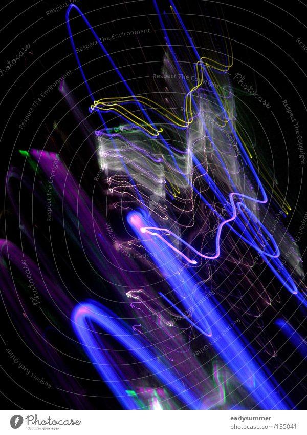purpleblue Licht Blitze Langzeitbelichtung blitzen Laser Lasershow Laserschwert Disco Club gehen Abend Nacht dunkel Silvester u. Neujahr grün violett rosa gelb
