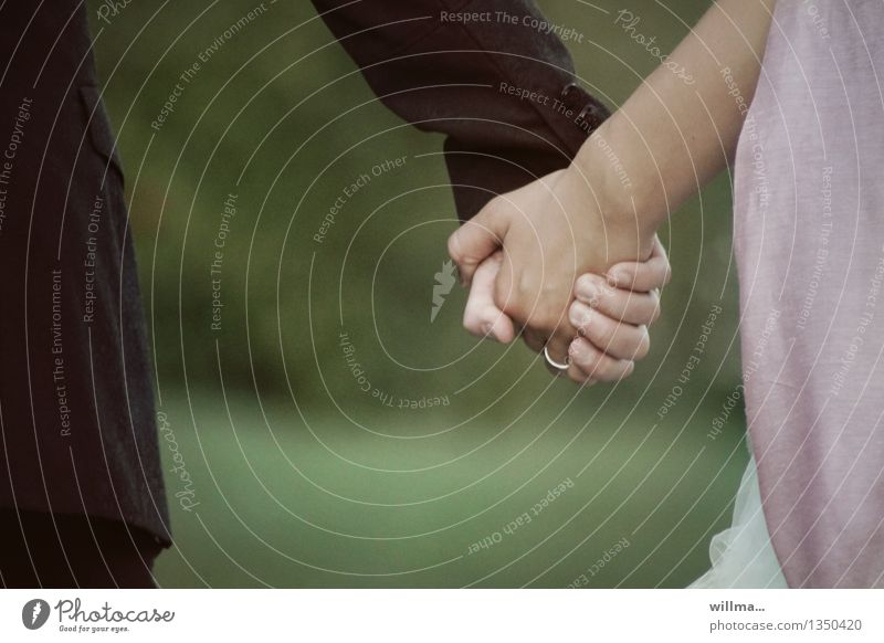 sie haben sich getraut. Hochzeit Paar Partner Hand festhalten Zusammensein Gefühle Glück Vertrauen Sicherheit Geborgenheit Einigkeit Sympathie Liebe Treue