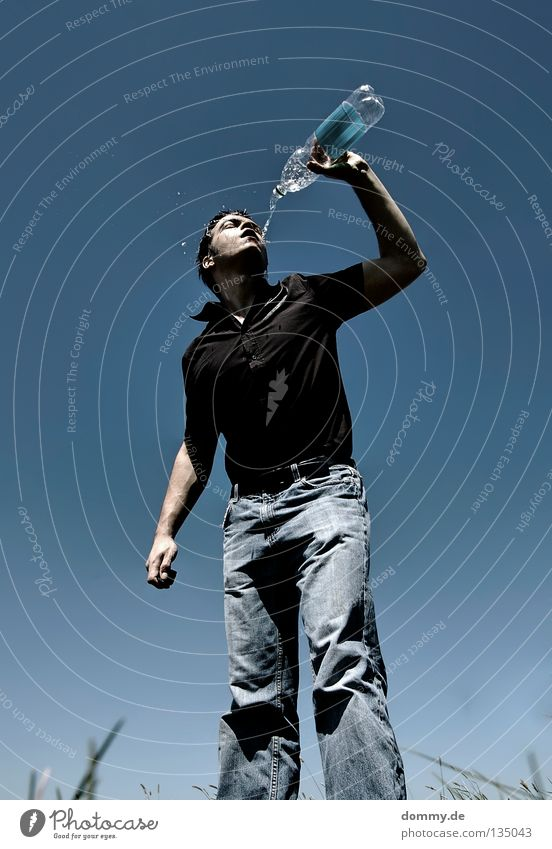 cool down Mann Kerl Sommer heiß Physik Kühlung spritzen entladen kalt Erfrischung transpirieren Hand Hemd schwarz Gras Feld Hose trinken Schönes Wetter Wärme