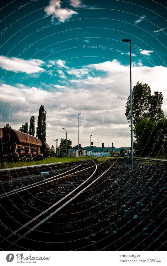 Geometrie Heute Himmel Baum grün blau Sommer Wolken Horizont Verkehr Eisenbahn Industrie Güterverkehr & Logistik weich Gleise Kies HDR Nachmittag
