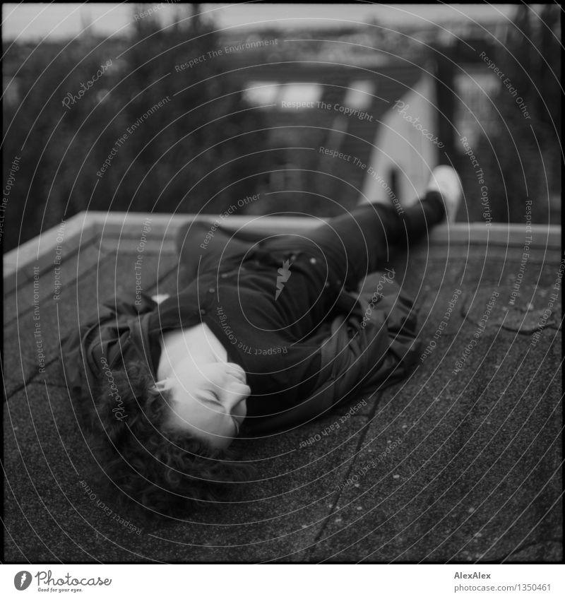 auf Kante Jugendliche Stadt schön Junge Frau 18-30 Jahre Erwachsene feminin außergewöhnlich Horizont liegen träumen wild Körper frei ästhetisch bedrohlich