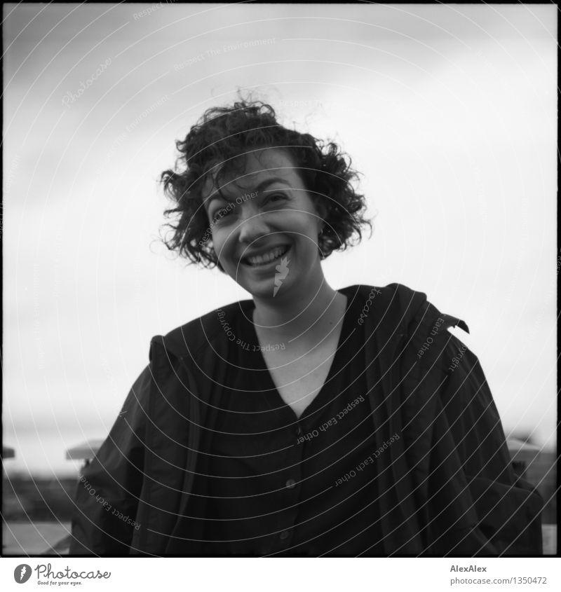 :-) Junge Frau Jugendliche Gesicht 18-30 Jahre Erwachsene Stadt Dach Skyline Jacke brünett Locken Lächeln lachen ästhetisch authentisch außergewöhnlich elegant