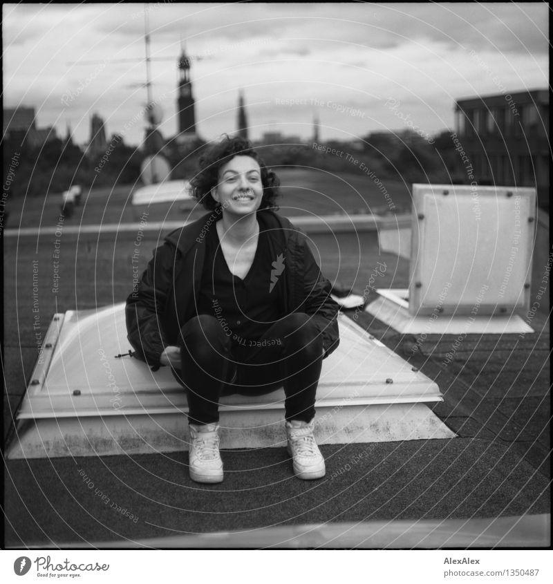 Aufstand Jugendliche Stadt schön Junge Frau 18-30 Jahre Erwachsene feminin lachen Glück sitzen ästhetisch Lächeln Lebensfreude einzigartig Coolness Dach
