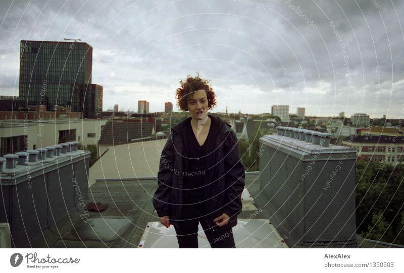 Ganz oben angekommen Jugendliche Stadt schön Junge Frau Wolken 18-30 Jahre Erwachsene natürlich feminin Wetter authentisch Wind stehen ästhetisch Kommunizieren