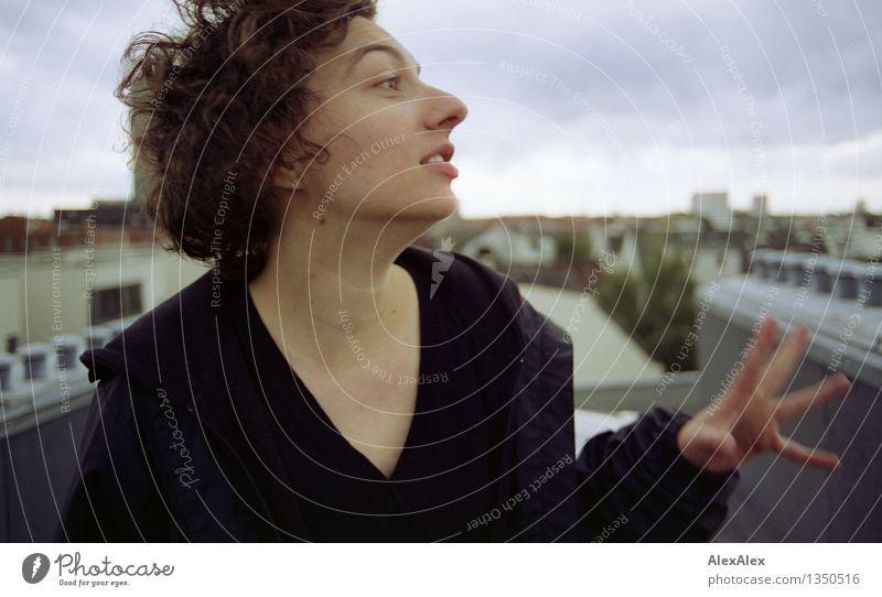 mit Händen und Füßen Jugendliche Stadt schön Junge Frau Landschaft Wolken 18-30 Jahre Gesicht Erwachsene Leben sprechen natürlich feminin außergewöhnlich wild
