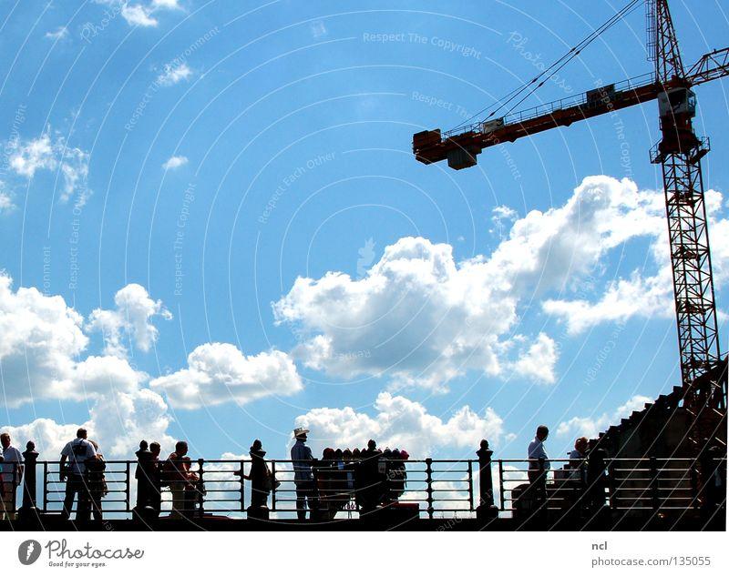 Scherenschnitt Mensch Himmel weiß blau Sommer Freude Wolken Menschengruppe Silhouette Brücke beobachten Schönes Wetter Geländer Kran anlehnen
