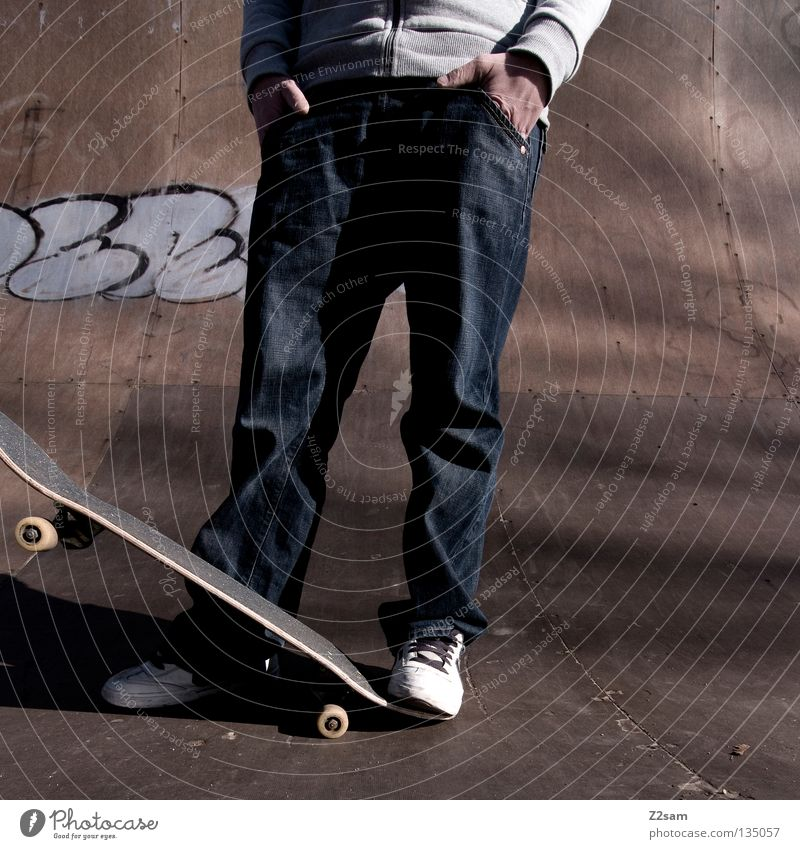 rumsteher Holz Holzfußboden Halfpipe Rampe Beton Jugendliche Sport Kapuze Kapuzenpullover Erholung Buchstaben Mann maskulin Sonnenbrille lässig Stil planlos