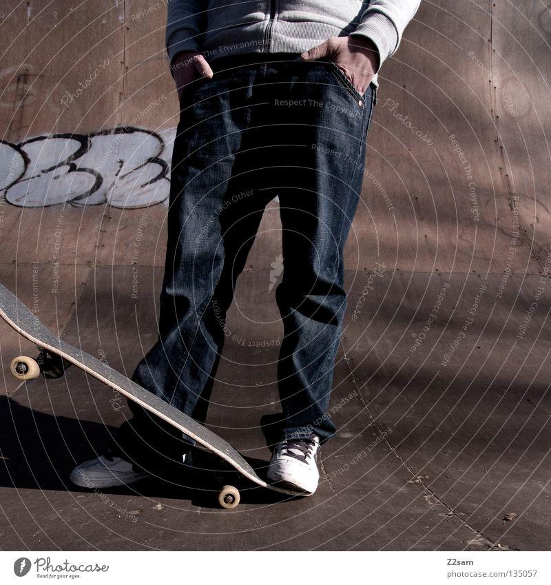rumsteher Mensch Mann Jugendliche Sport Erholung Stil Holz Graffiti Beleuchtung Arme maskulin Beton sitzen modern Coolness Jeanshose