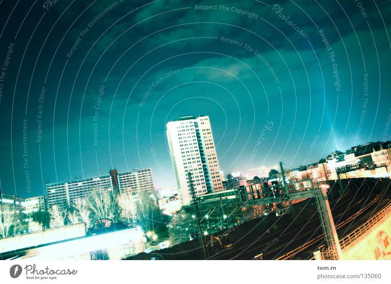 Bahnstrecke Berlin Alexanderplatz Himmel blau Stadt Haus Wolken kalt Gebäude Beleuchtung groß Hochhaus Eisenbahn weich Nacht Nachthimmel Gleise