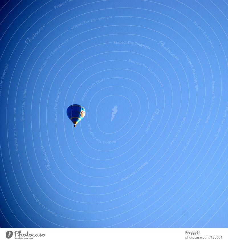 Flugobjekt fahren mehrfarbig Luft Windzug Korb ruhig unten Sekt Champagner Pilot Flugplatz Beginn Ferne Freude Funsport Luftverkehr blau Morgen Abend oben Hülle
